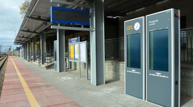 wyświetlacze kolejowe i infokioski na peronach
