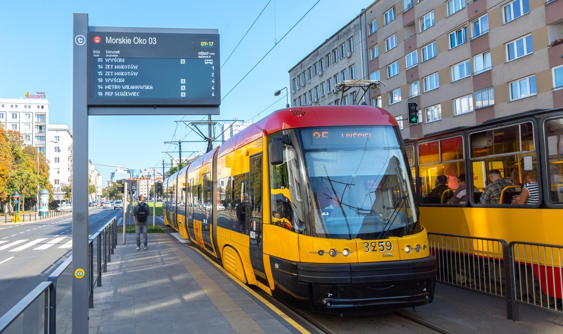 Tablica informacji pasażerskiej LED wyświetla wszystkie dane w czasie rzeczywistym - nawet dotyczące opóźnień albo kursów, które wypadły.